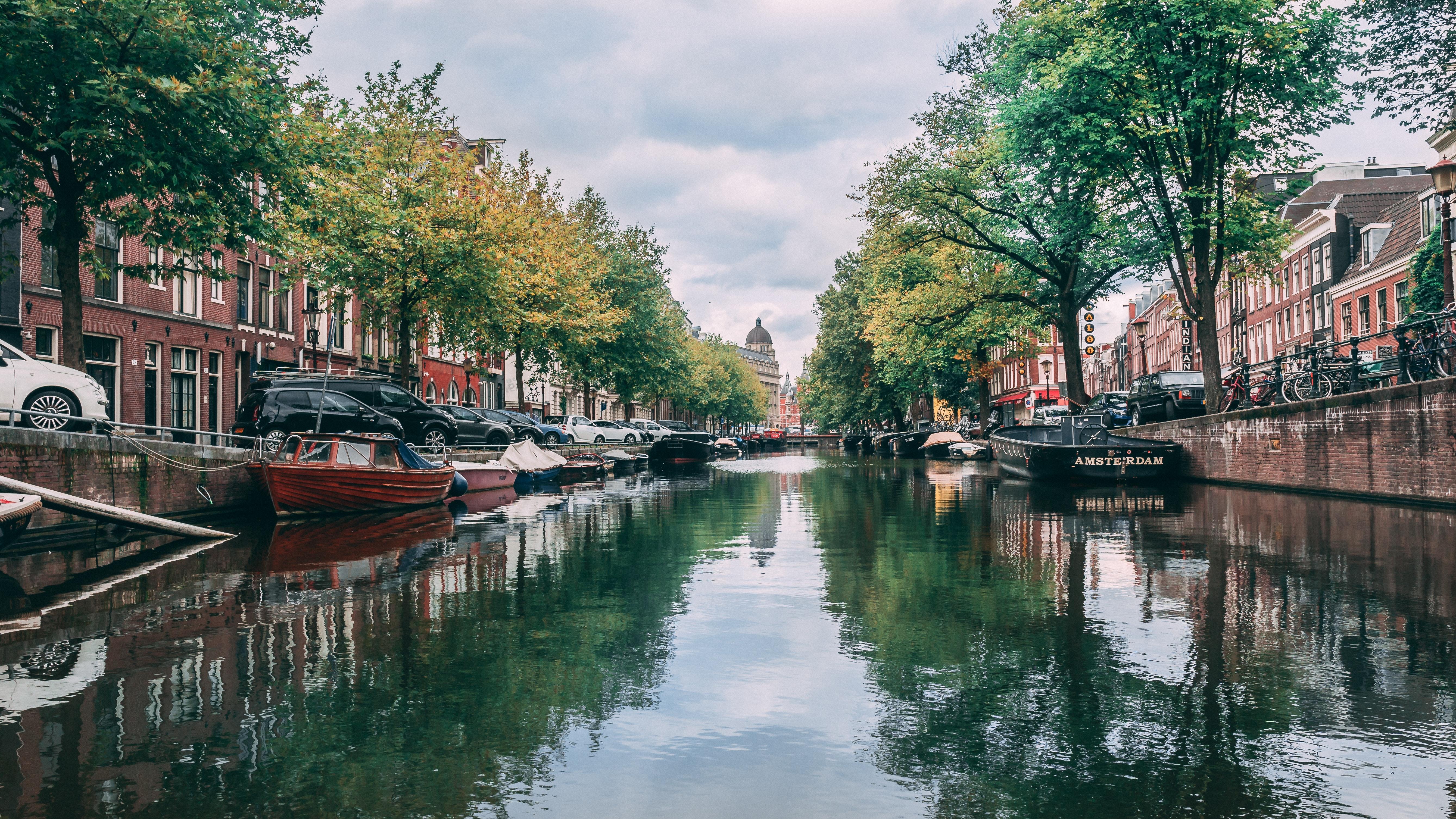 Een sloep huren in Amsterdam voor een leuk bedrijfsuitje